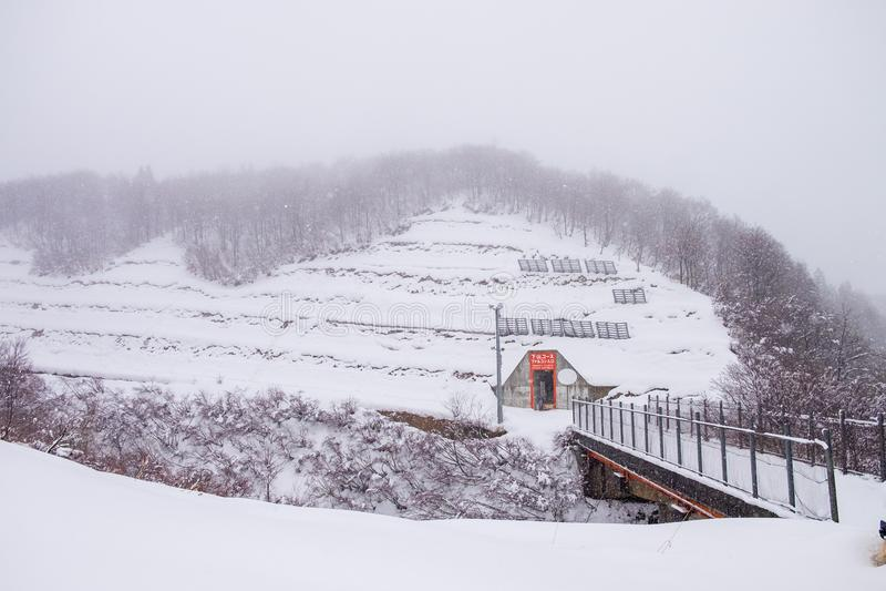 berg op het skigebied wordt gevestigd waar de sneeuw die omviel royalty-vrije stock afbeeldingen