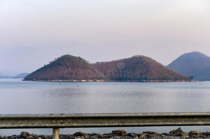 Berg op srinagarinddam met barrièrespoor royalty-vrije stock foto's