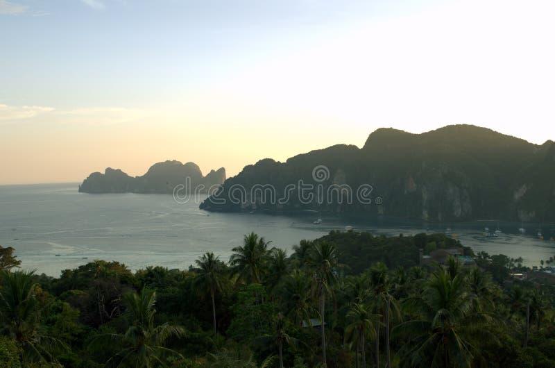 Berg på det Thailand havet arkivfoton