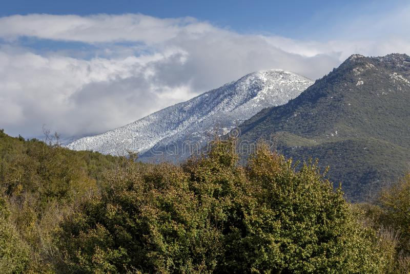 Berg på en vinter, mulen dag Peloponnese, Grekland royaltyfria bilder