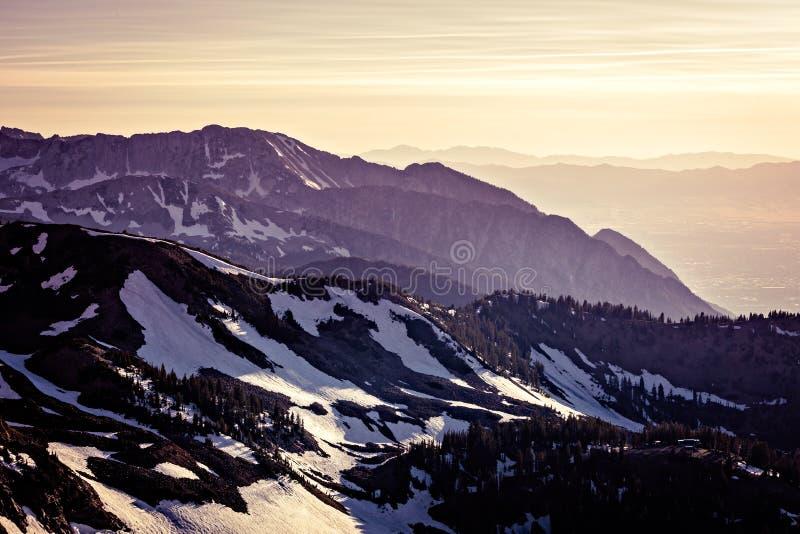 Berg på skymningen arkivfoton