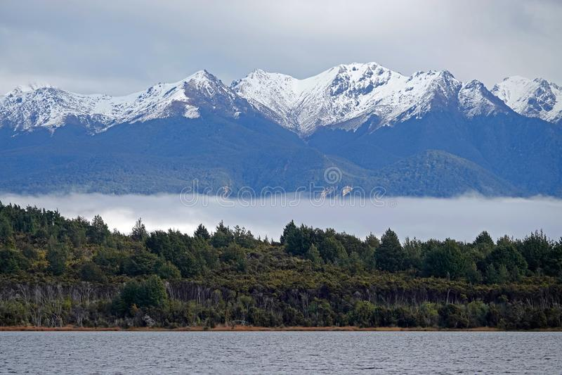 Berg på Te Anau Lake New Zealand royaltyfri foto