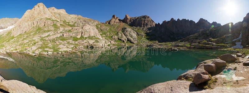 Berg panorama för sjöreflexion fotografering för bildbyråer