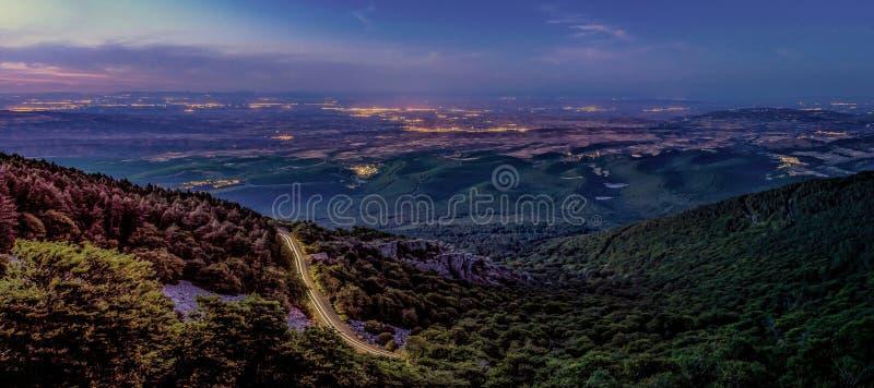 Berg panorama-landschap 's nachts stock fotografie