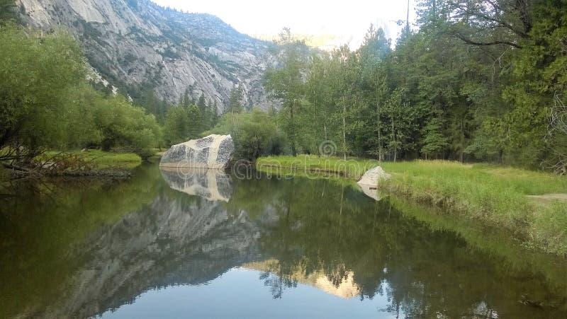 Berg reflekterade på en sjö royaltyfri bild