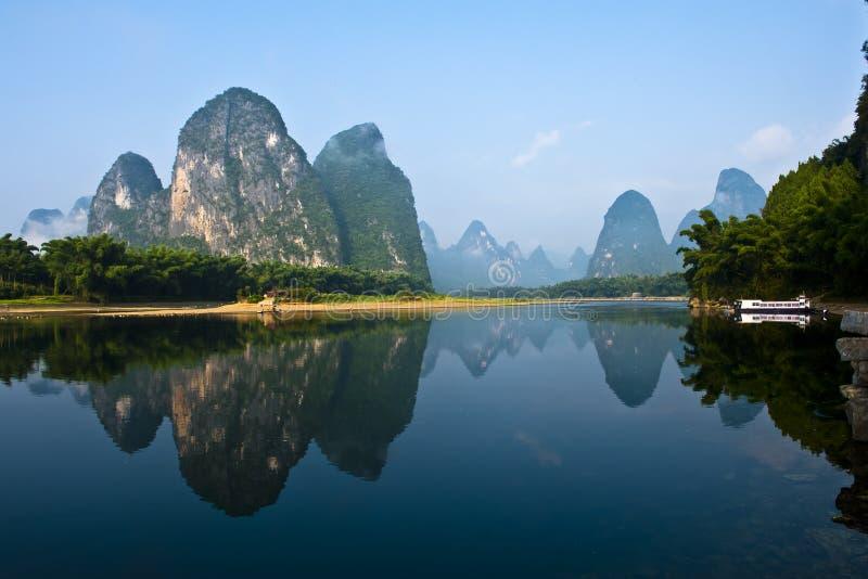 Berg in rivierLi stock afbeeldingen