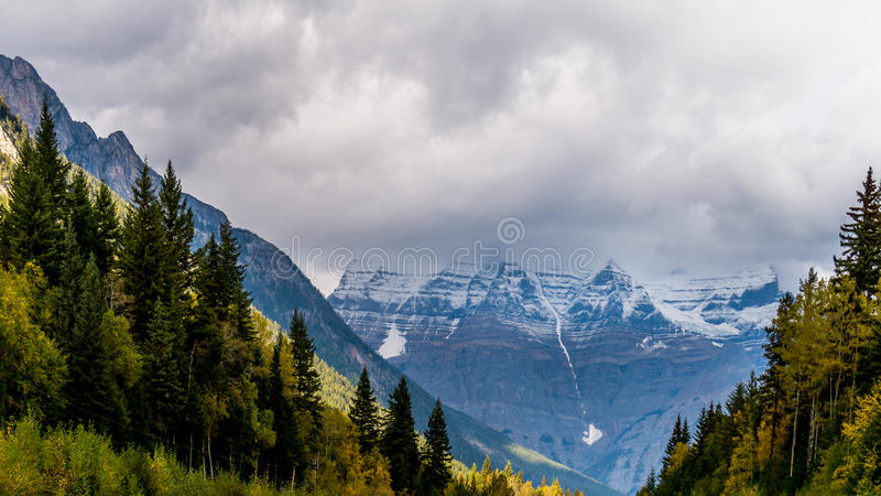 Berg Robson in den Wolken stockfoto