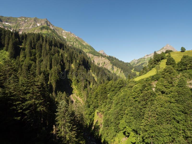 Berg runt om byn Schroecken fotografering för bildbyråer