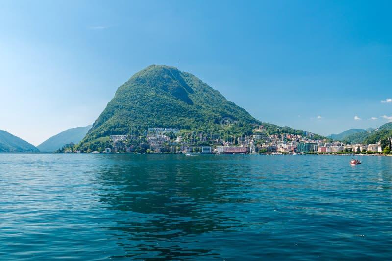 Berg San Salvatore och sjö Lugano i Schweiz arkivfoton