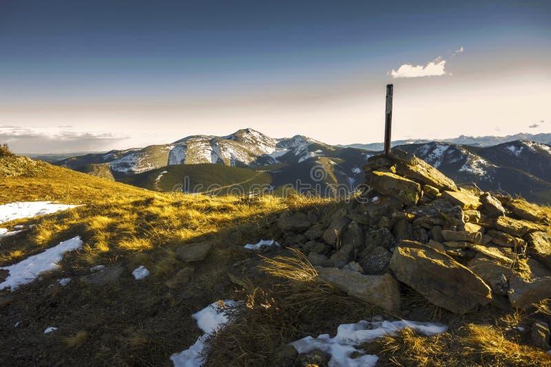 Berg sceniska Cloudscape för granskningsmarkörAlberta Foothills Hiking Cox Hill älg arkivfoton