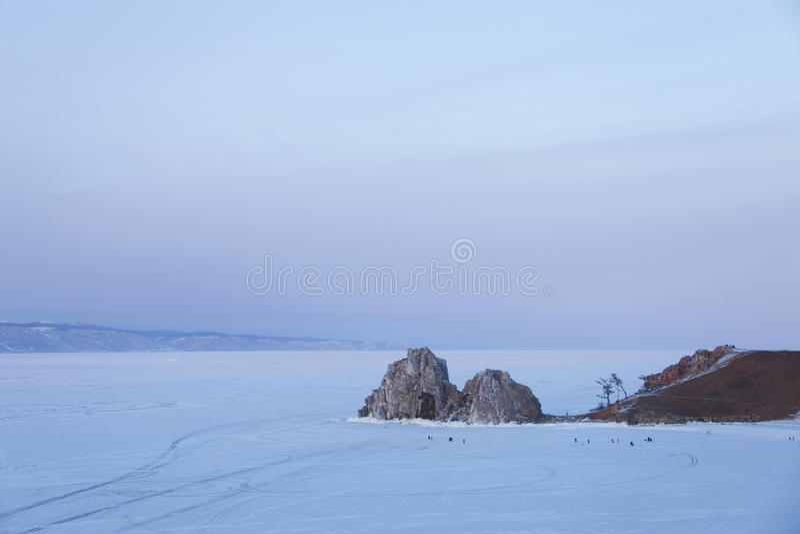 Berg Shamanka vibrerande röd solnedgång för färgliggande Lake Baikal vinter royaltyfri bild