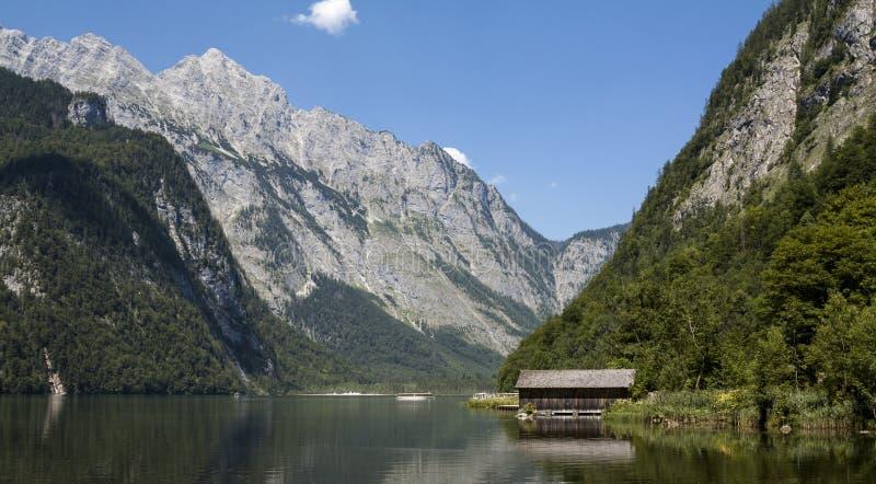 Berg sjö fotografering för bildbyråer