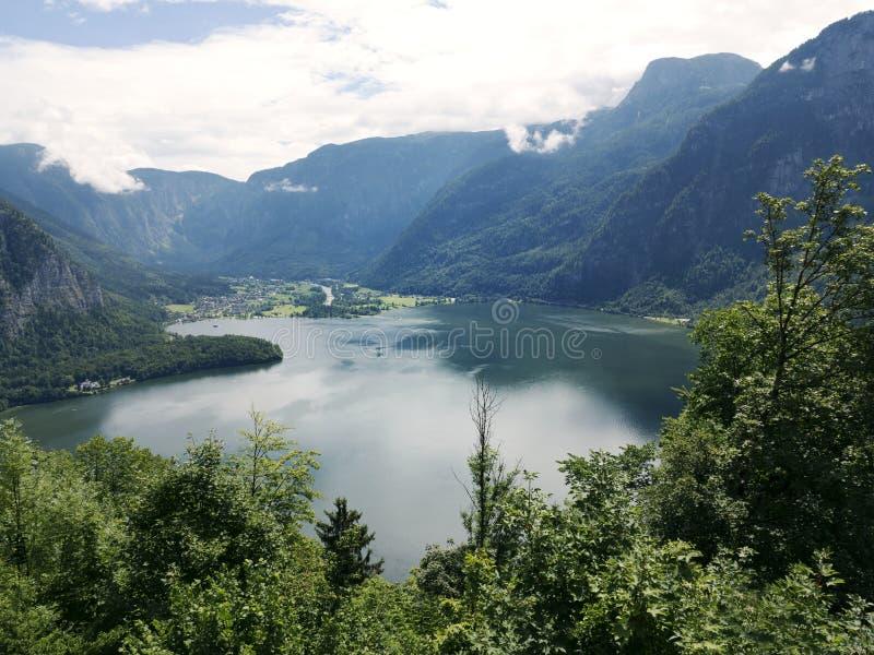 Berg sjö, alpin massiv, härlig kanjon i Österrike Alpin dal i sommar, frikändvatten arkivfoton