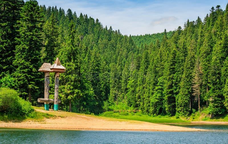 Berg sjö bland skogen i nationalparken Synevir, Ukraina arkivbild