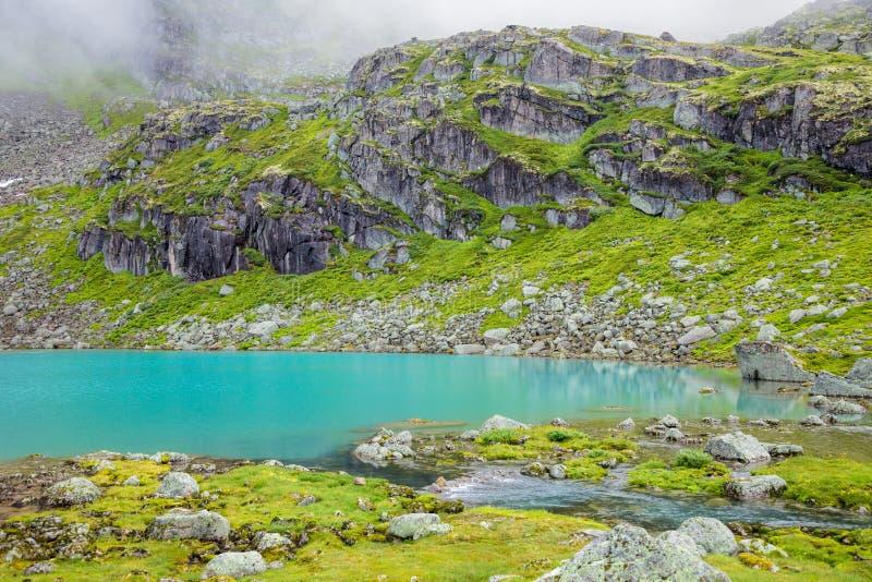 Berg sjö i den Jostedalsbreen nationalparken Norge arkivbilder