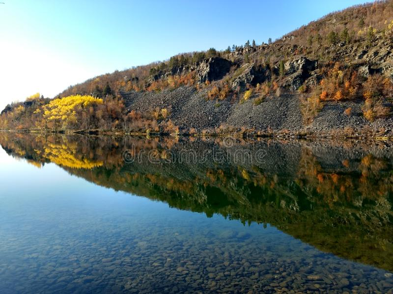 Berg sjö i Kvenvik Norge arkivbild