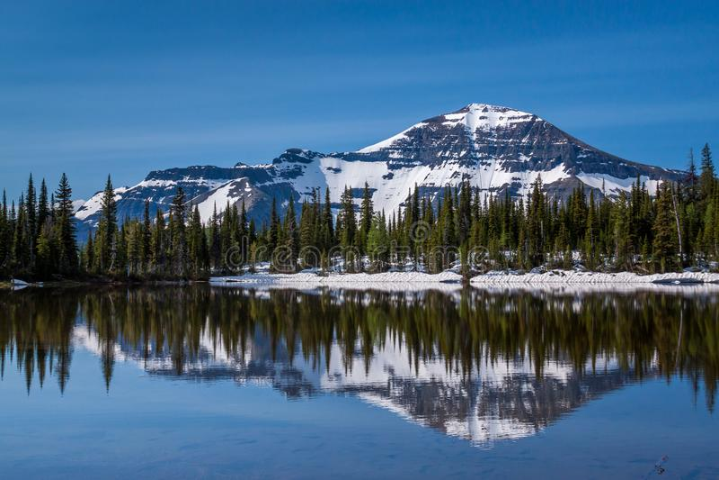 Berg sjö i Waterton sjöar nationalpark, Kanada royaltyfria foton