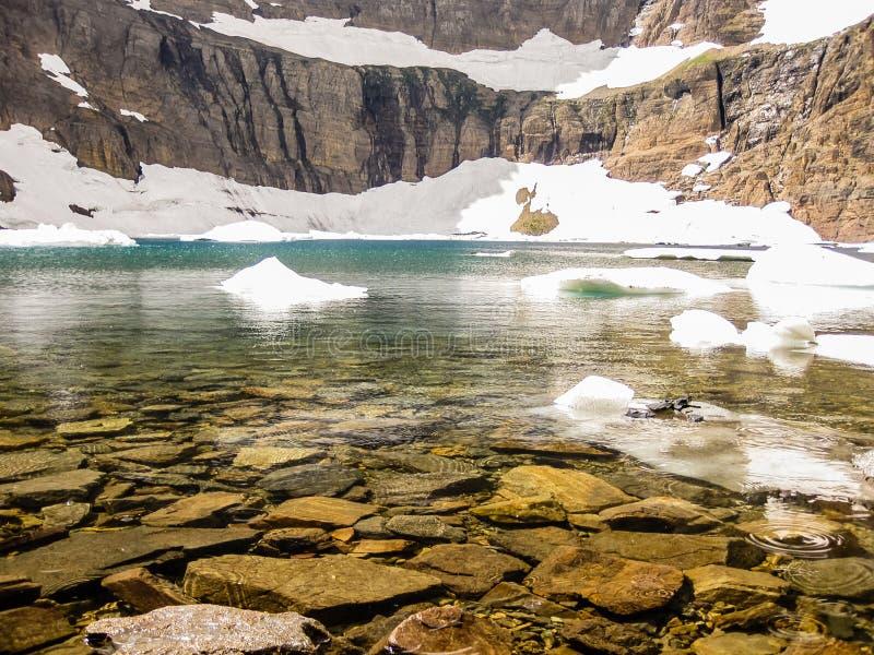 Berg sjö med isberg, glaciärnationalpark, USA royaltyfri foto