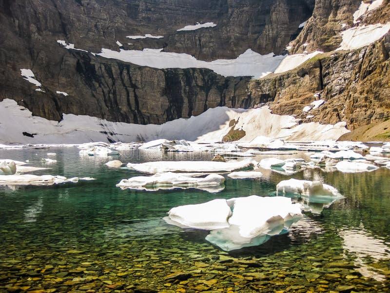 Berg sjö med isberg, glaciärnationalpark, USA royaltyfri fotografi