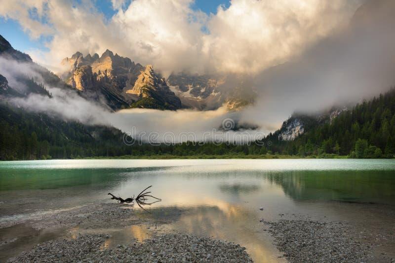 Berg sjö på den dimmiga morgonen Landskap fjällängar, Italien, Europa arkivbilder