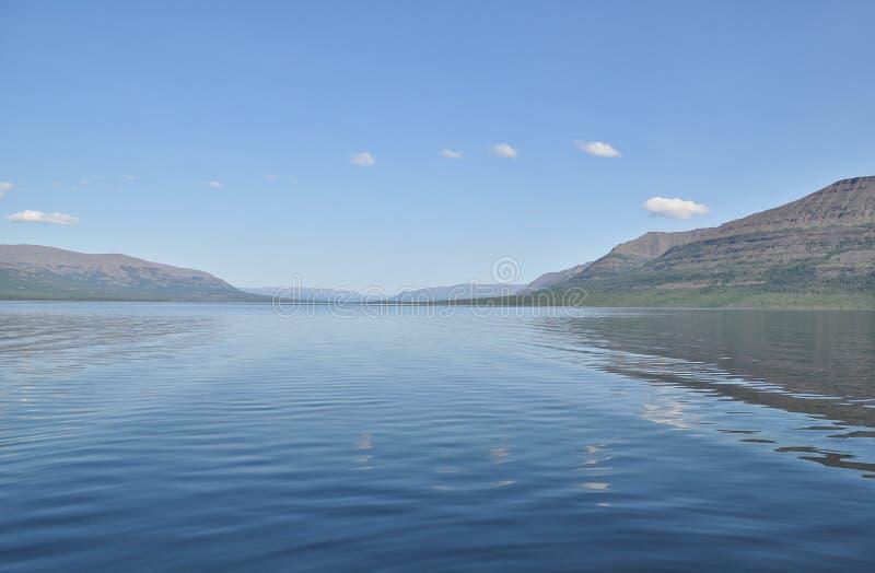 Berg sjö på en klar morgon fotografering för bildbyråer