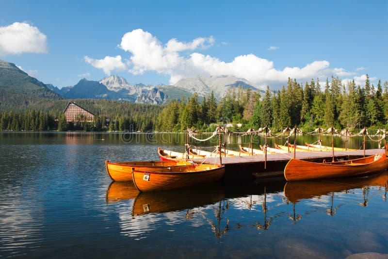 Berg sjö Strbske Pleso och fartyg royaltyfri fotografi