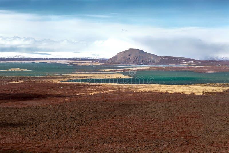 Berg sjöar med en sikt av de snöig bergen, Island royaltyfri foto