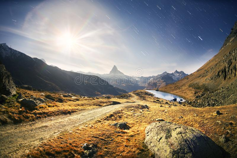 Berg sjön Stellisee Zarmatt är en lokal gränsmärke och ett ljust härligt landskap med det berömda Matterhorn maximumet i höst in royaltyfri fotografi