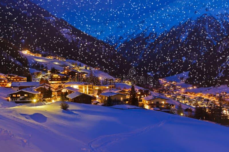 Berg skidar semesterorten Solden Österrike på solnedgången royaltyfria bilder