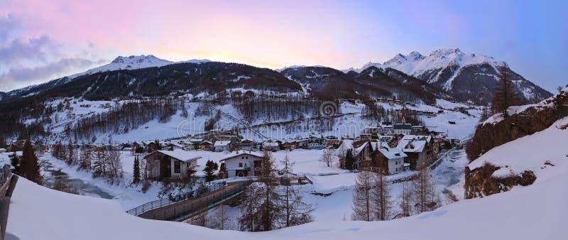 Berg skidar semesterorten Solden Österrike på solnedgången arkivfoto