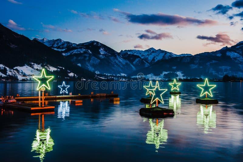 Berg skidar semesterorten Zell f.m. ser Österrike arkivbild