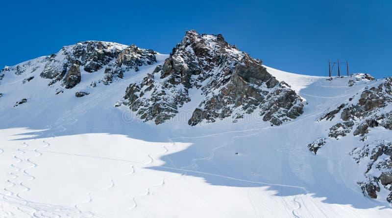 berg skidar snowtrails arkivfoton