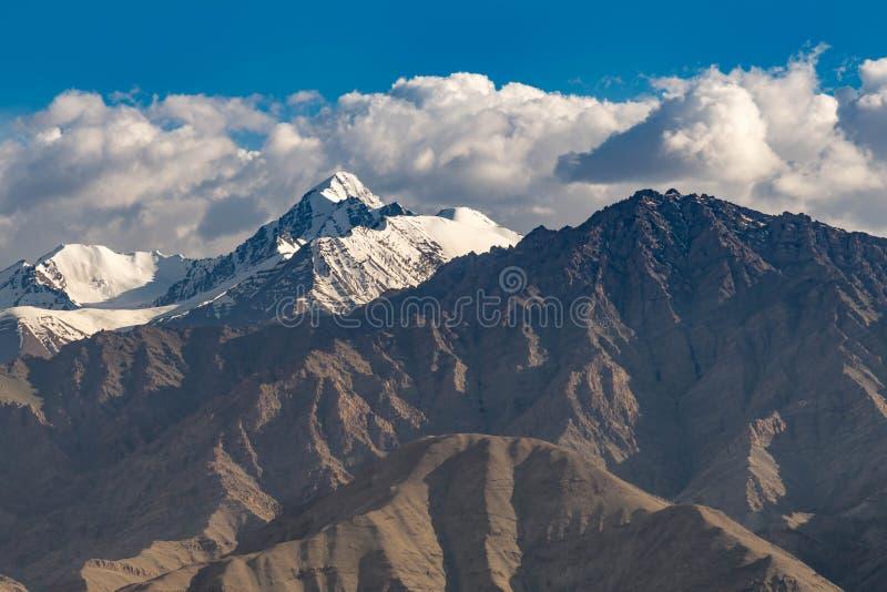 Berg snöar locket och molnet med torkaområde royaltyfri fotografi
