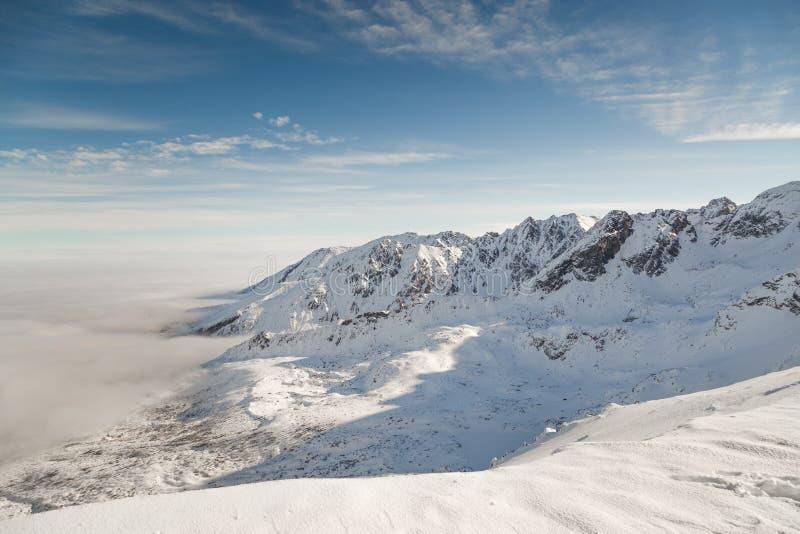 Berg snow-capped pieken in helder zonnig weer Een verrukkelijk de winterlandschap stock fotografie