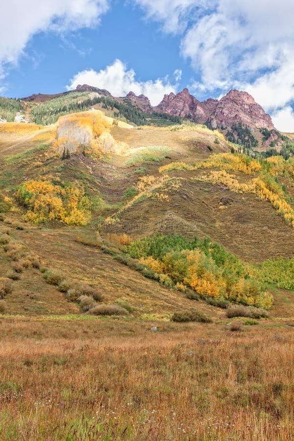 Berg som är sceniskt i höst arkivbilder