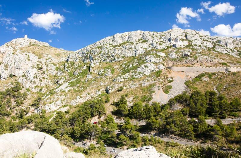 Berg som är slingrande på Lock de Formentor - härlig kust av Majorca, Spanien - Europa royaltyfria bilder