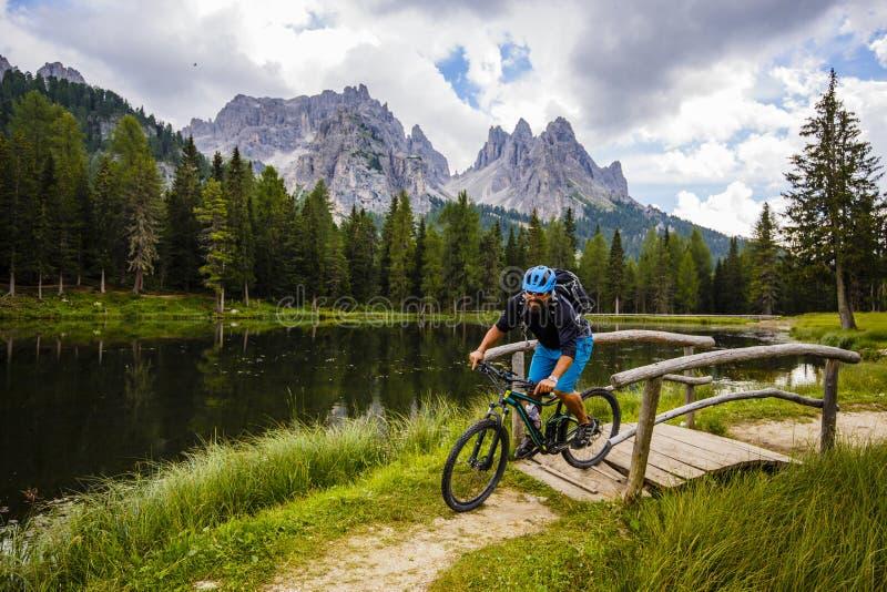 Berg som cyklar i dolomitesna, Misurina, Italien Tre Cime di L royaltyfri fotografi