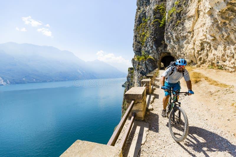 Berg som cyklar på sjön Garda, Sentiero della Ponale, Riva del G royaltyfri fotografi