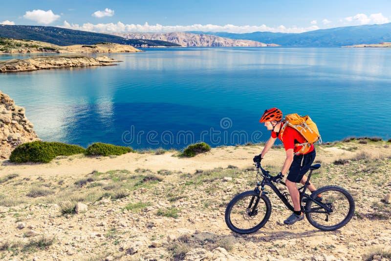 Berg som cyklar på slingan för enduro för sjösidacykelsmuts arkivbild