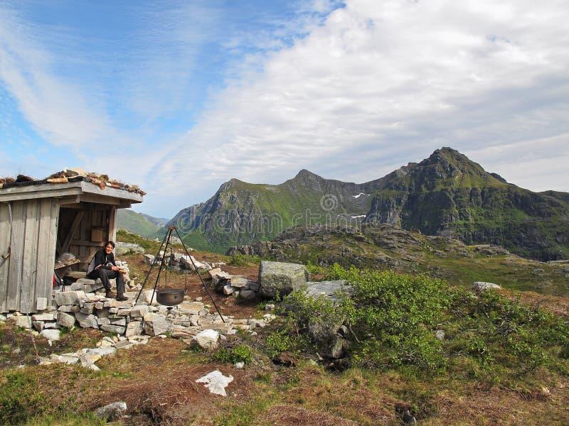 Berg som förlägga i barack på Lofoten öar arkivfoto