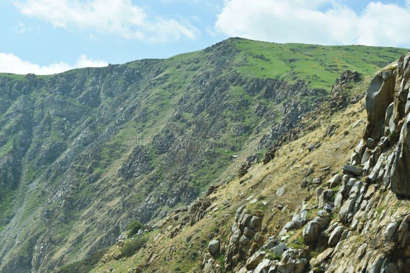 berg som har en stenig terräng och ett härligt landskap royaltyfri bild