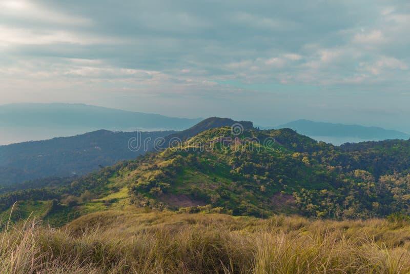 Berg som lokaliseras i Filippinerna royaltyfri fotografi