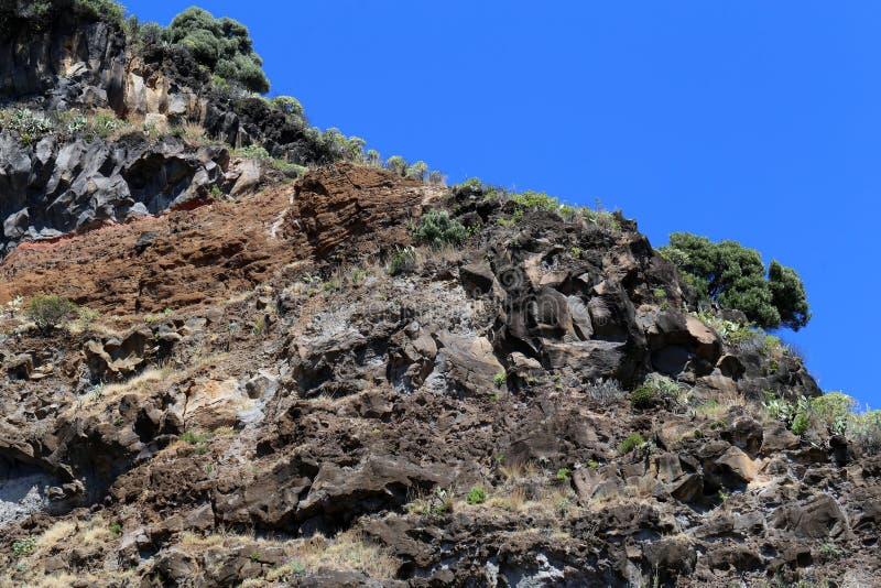Berg som lokaliseras i madeira från en sikt för låg vinkel arkivbild