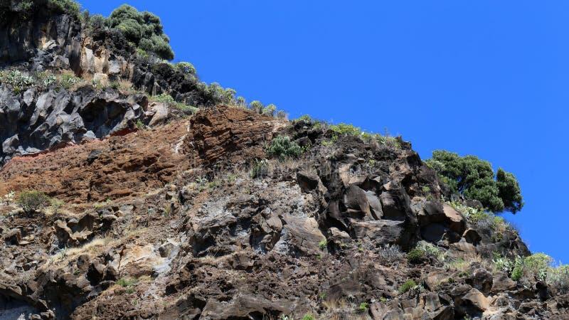 Berg som lokaliseras i madeira från en sikt för låg vinkel royaltyfria foton