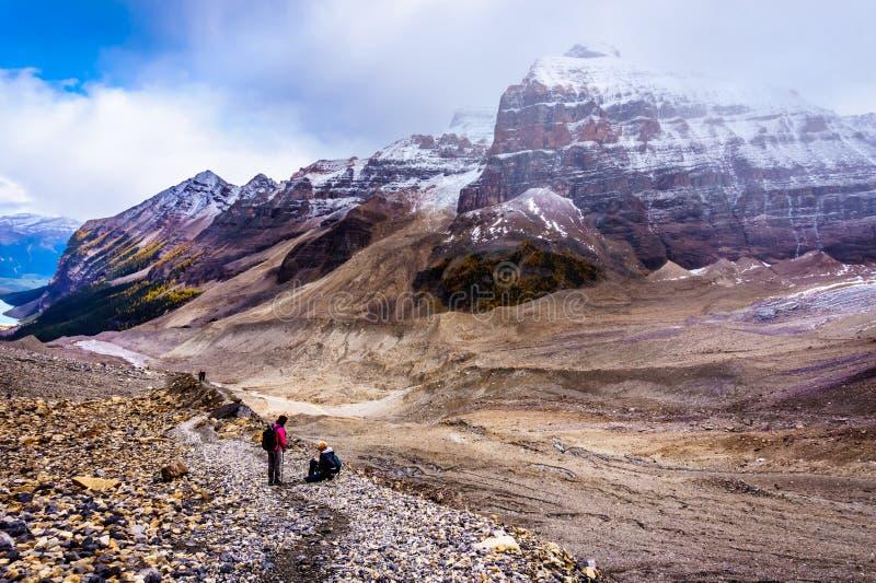 Berg som omger moräna av Victoria Glacier royaltyfri fotografi