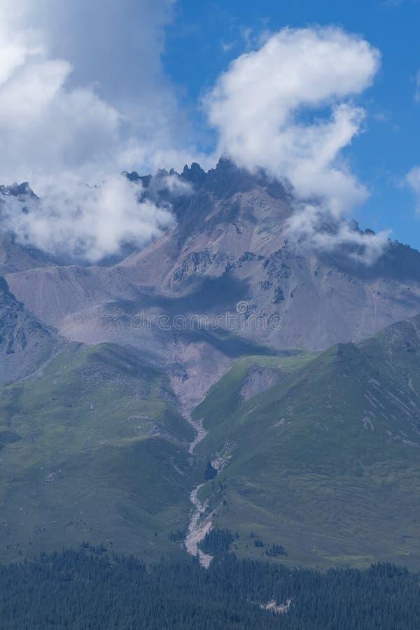 Berg som täckas av moln nära Qilian, Qinghai, Kina royaltyfri foto