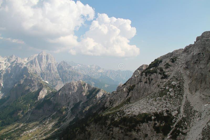 Berg som täckas av moln och snö royaltyfri bild