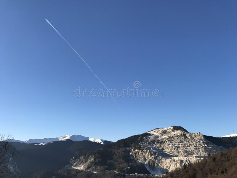 Berg som täckas med snö - intelligensflygplan arkivbilder