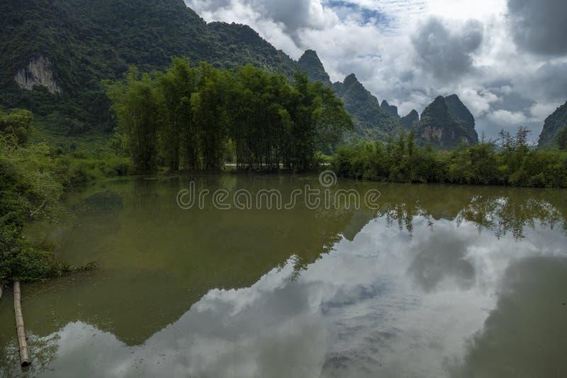 Berg und Bambus, in Cao Bang, Vietnam stockfotografie
