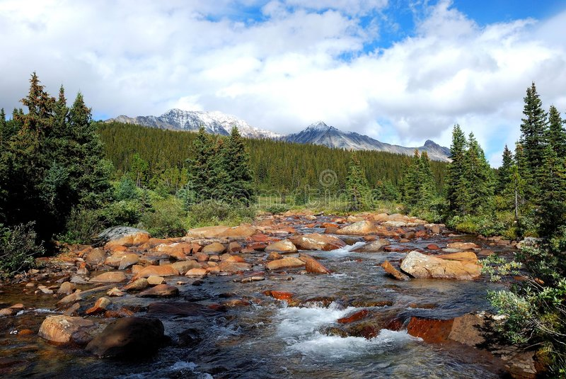 Berg und Flüsse lizenzfreies stockbild